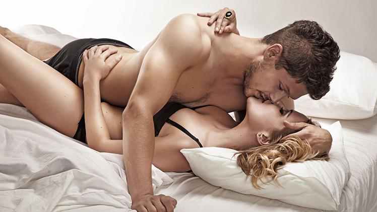 секс с мужчиной в кровати